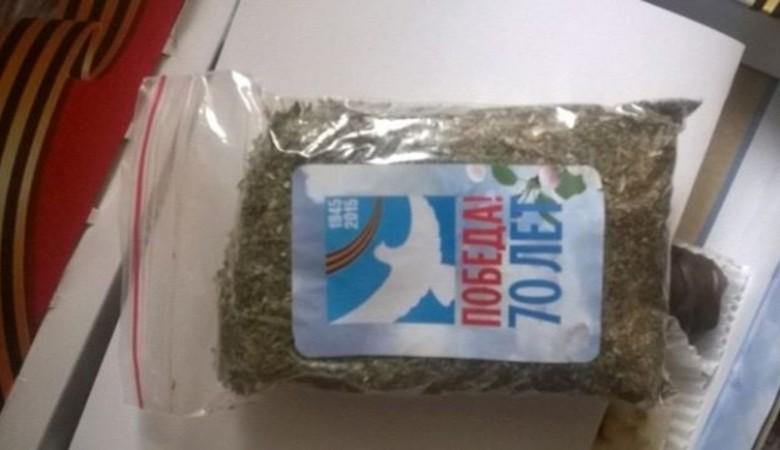 Власти Барнаула подарили ветеранам немного печенья и по два пакета травы