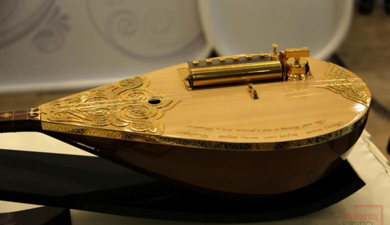 Домбру, инкрустированную золотом и бриллиантами, выставили в Астане