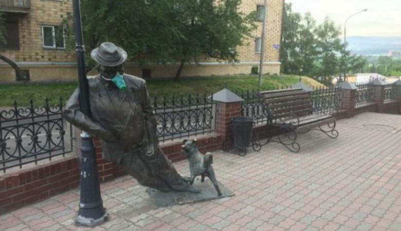 На памятники в Красноярске надели противогазы