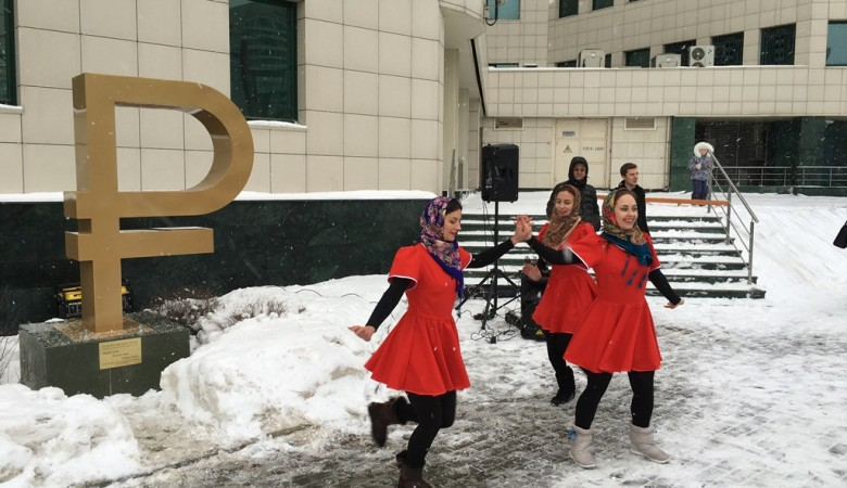 В Новосибирске установили памятник рублю, чтобы укрепить веру в державу