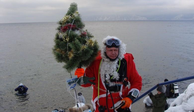 Дайверы установили на дне Байкала новогоднюю елку и устроили хоровод