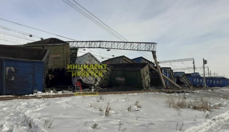 Тридцать вагонов с углем сошли с рельсов в Иркутской области, движение прервано