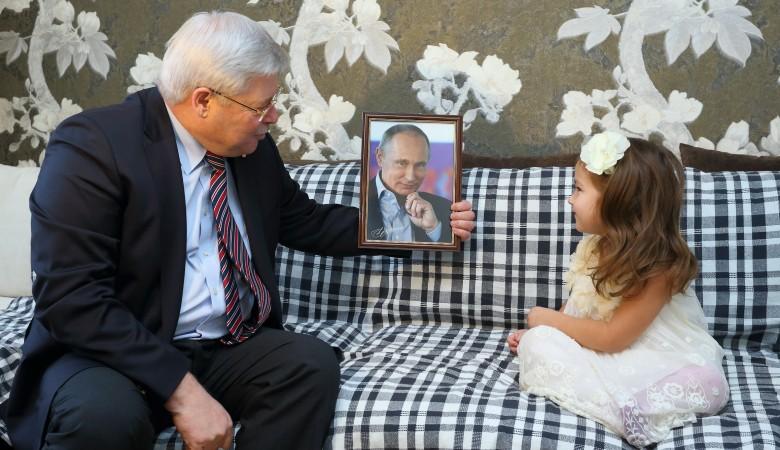 """Всвязи с дефицитом бюджета в ход пошли """"образки"""": Путин подарил 5-летней томичке свое фото в рамке"""