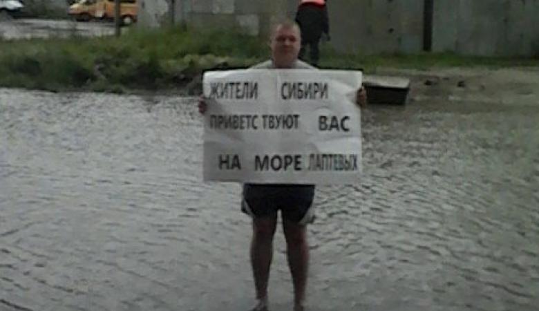 Житель Омска устроил пикет против лужи, в которой утонули 20 автомобилей