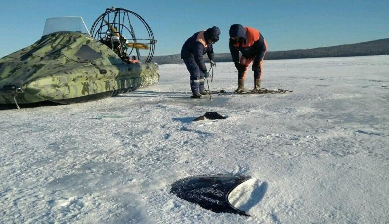 Иркутские спасатели продолжают поиск пассажира вертолета, упавшего в Ангару