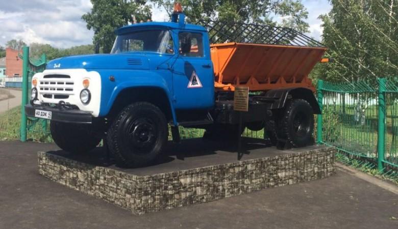 Памятник дорожной спецтехнике появился в Кемерово