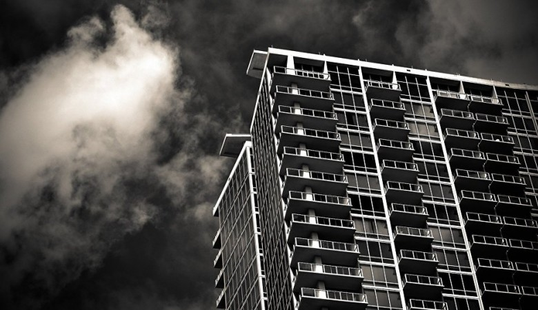 ВКемерово 3-х летний ребенок выпал изокна 5-ого этажа иостался живой