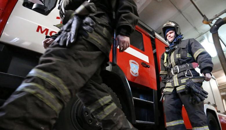 Гаражный бокс горит на площади 1200 кв м на севере Иркутской области