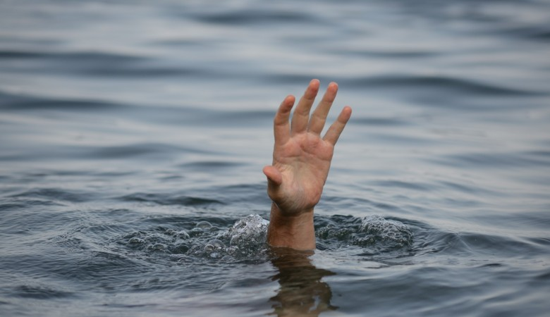 Кемеровчанин едва не утонул, переплывая реку в поисках цветов для жены