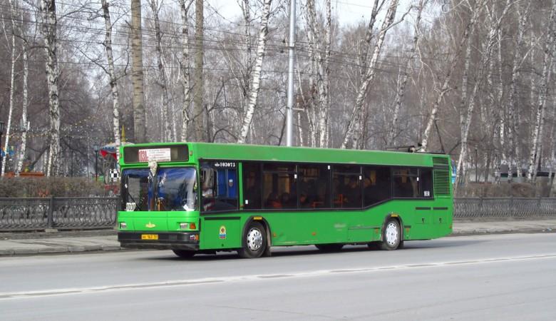 В Новосибирске автобус зажал коляску с ребёнком
