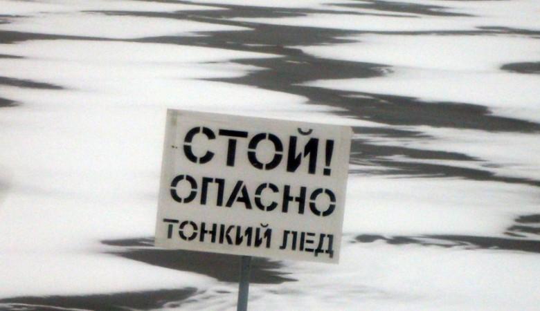 В Иркутской области автомобиль провалился под лед, водитель не пострадал