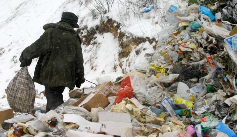 Житель Забайкалья заставлял своих детей собирать еду на помойках и разделывать собак