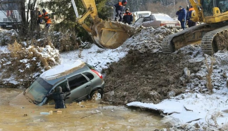 Водолазы присоединились к поискам в районе прорыва дамбы в Красноярском крае