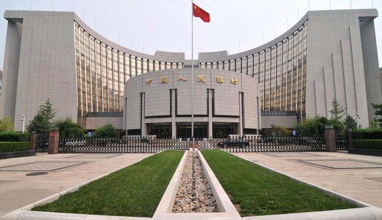 ЦБ Китая вновь резко опустил курс юаня к доллару — на 0,5%