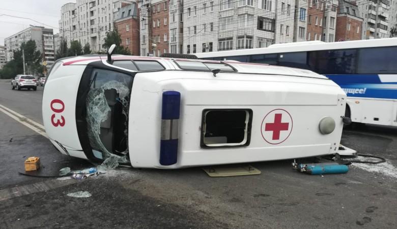 В Омске перевернулась карета скорой помощи с беременной пациенткой