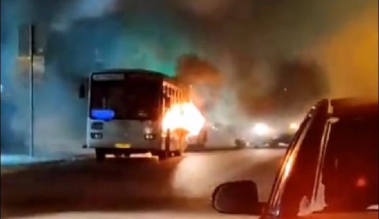 Старый пассажирский автобус загорелся во время движения в Омске