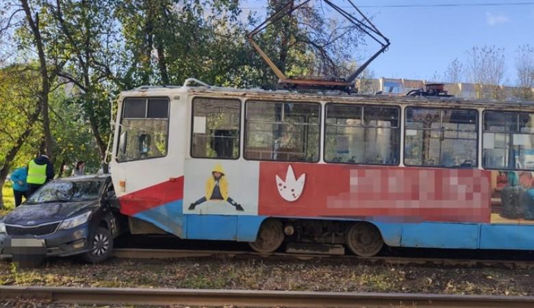 В Томске трамвай протаранил такси
