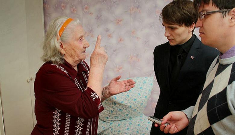 СМИ: Омские чиновники поздравили ветерана ВОВ в подворотне