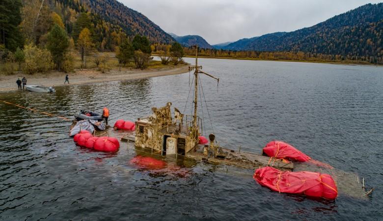 Из Телецкого озера на Алтае подняли катер, затонувший 27 лет назад