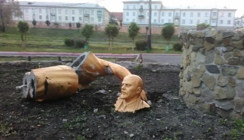 Пьяный житель Кузбасса сломал памятник Ленину, пытаясь сделать селфи