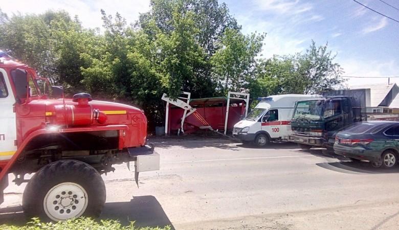 Автомобиль Тойота врезался востановку вБарнауле, пострадал один человек