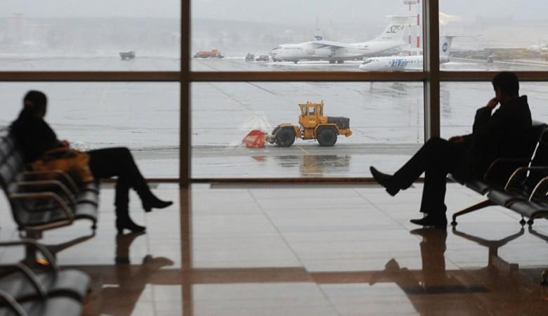 Вкемеровском аэропорту сняли срейса пугавшего пассажиров гримасами москвича
