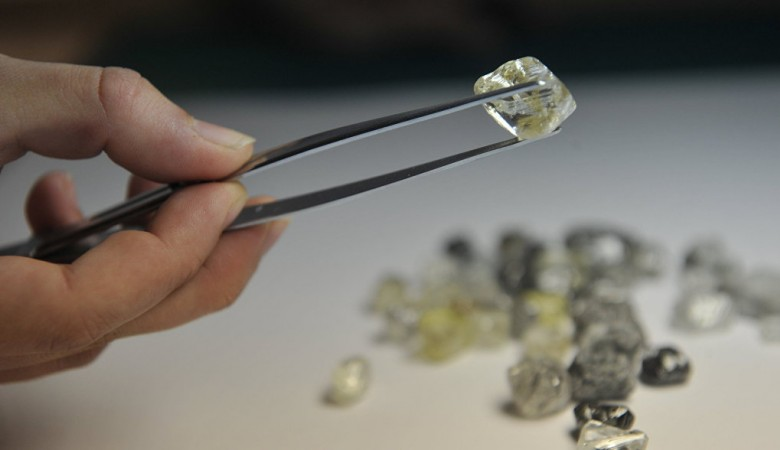 Житель Якутии задержан в Бурятии при попытке вывезти 184 алмаза за границу