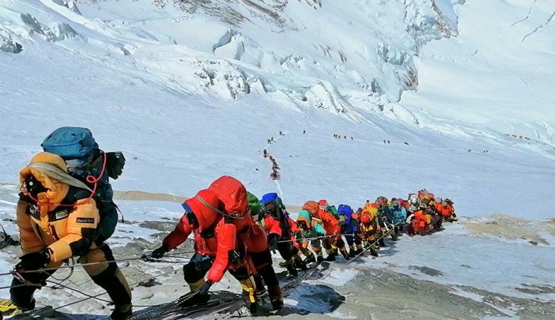 Вертолет со спасателями из Казахстана вылетел на поиски пропавших в горах Киргизии альпинистов