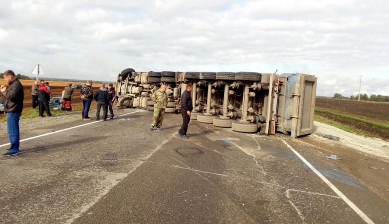 Перевернувшийся грузовик на 3,5 часа перекрыл движение на федеральной трассе на Алтае