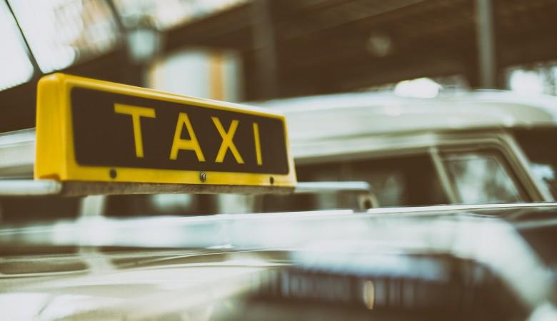 В Омске таксист умер во время перевозки пассажиров