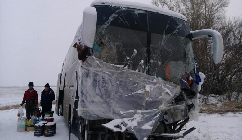 На Алтае три водителя из Казахстана живут в разбитом в аварии автобусе