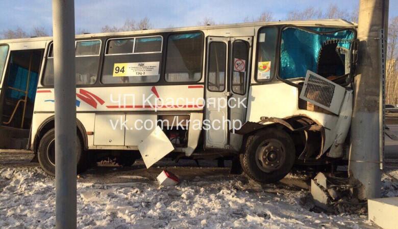ВКрасноярске маршрутка спассажирами врезалась встолб