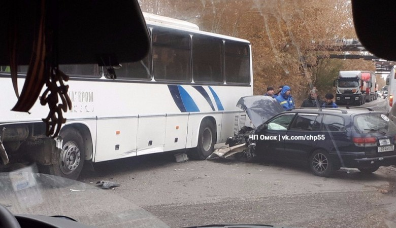 Автобус «Газпром нефти» попал в аварию в Омске