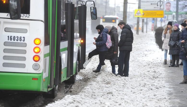 Ребенок поскользнулся ичуть неугодил под автобус вНовосибирске