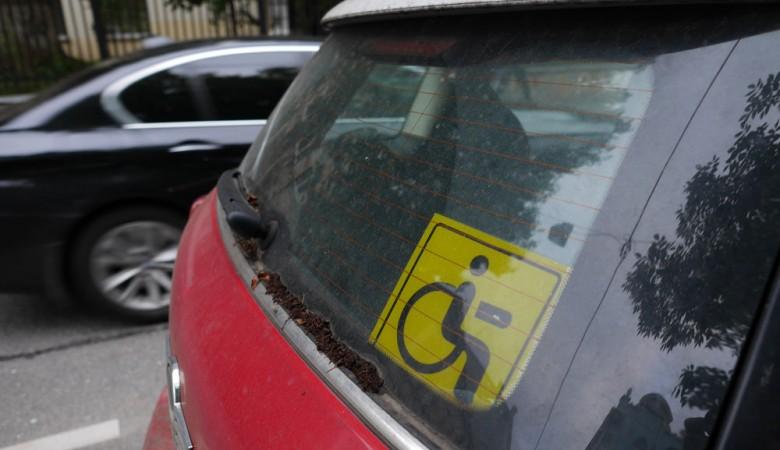У омского инвалида без ног эвакуировали автомобиль