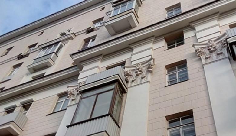 Балкон обвалился вместе с пенсионеркой в Новосибирской области