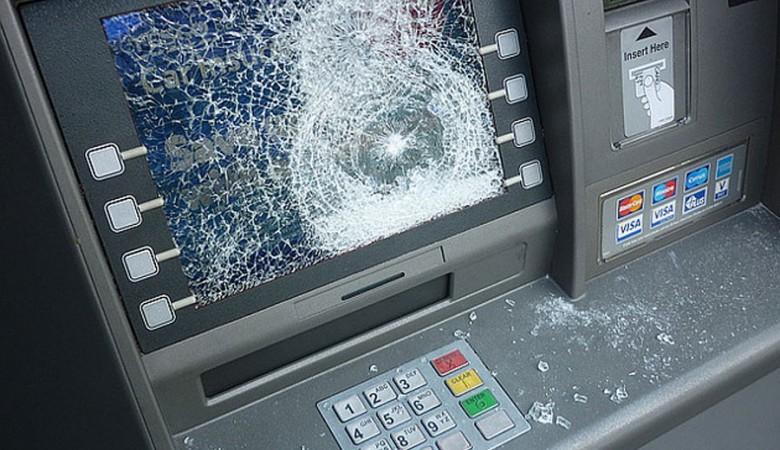 Безработная китаянка отзлости сломала палкой икирпичом 22 банкомата