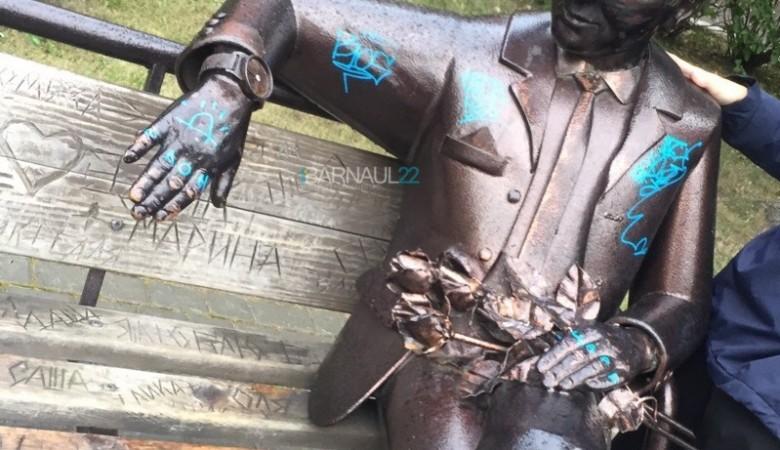 В Барнауле испортили памятник несчастному влюбленному, нанеся на него татуировки