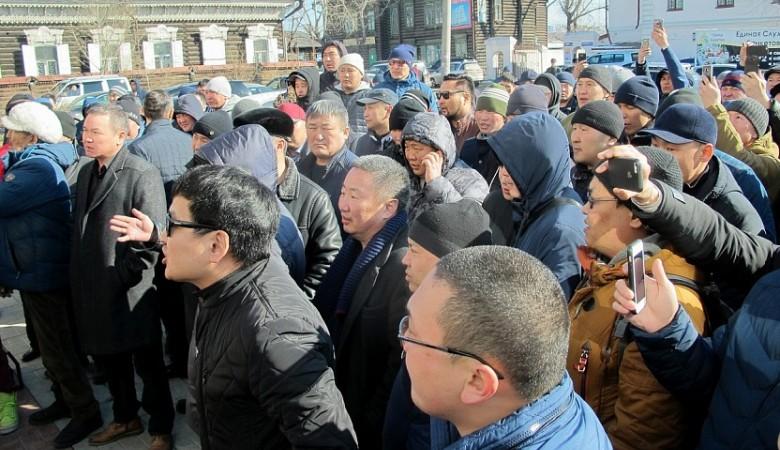 Около 200 человек вышли на улицу, требуя извинений перед жительницей Улан-Удэ