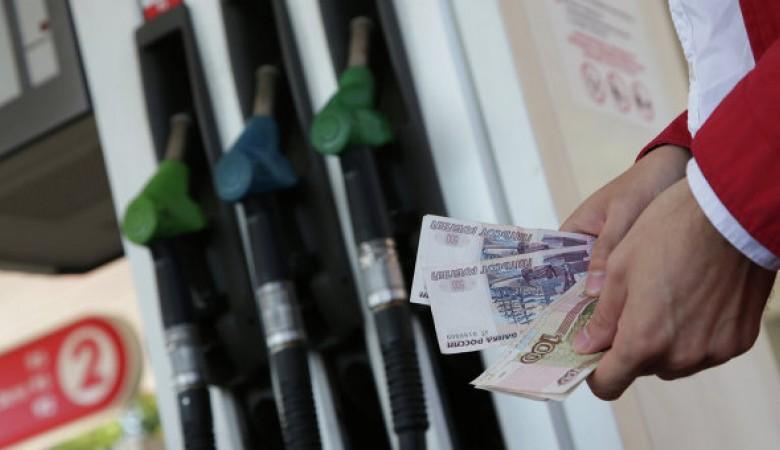 Нефтекомпании скрыто повышают цены на бензин за счет корпоративных клиентов