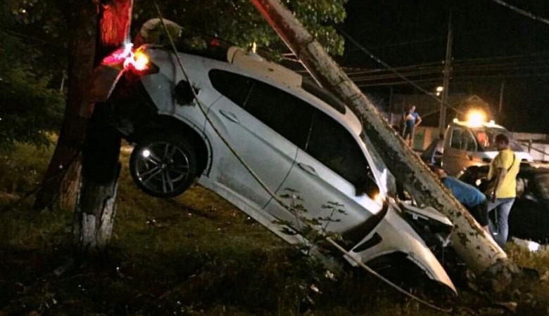 Кемеровский адвокат на BMW X6 протаранил остановку
