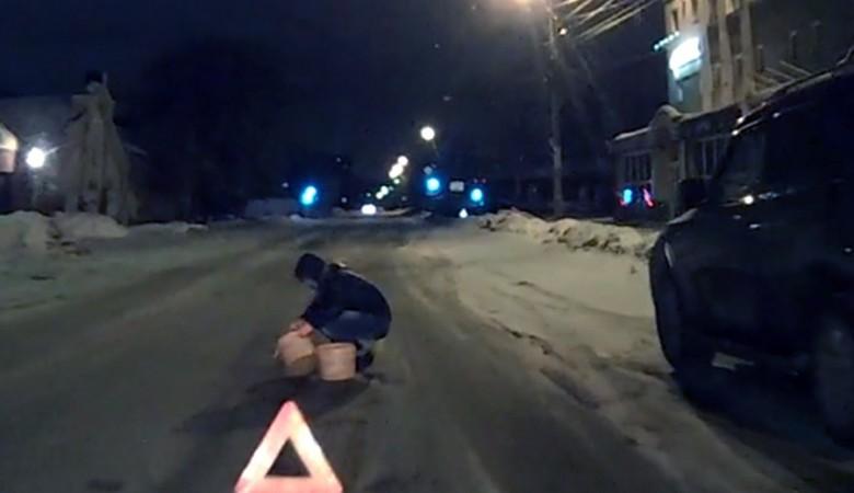 Власти Омска раскритиковали «дорожную фею», латавшую ямы по ночам