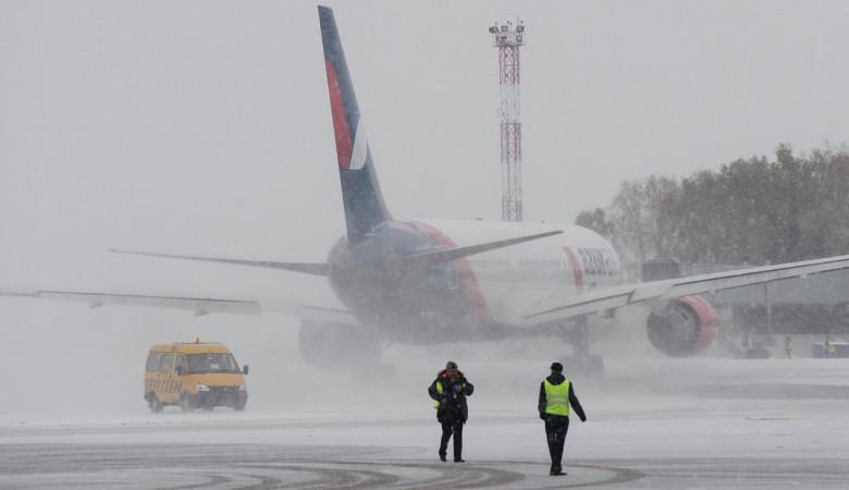 Аэропорт Абакана временно закрыт для полетов из-за снегопада