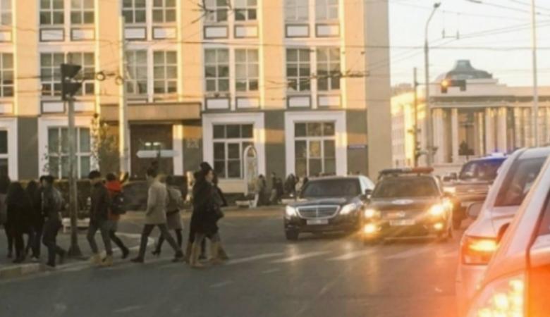 Кортеж президента Монголии остановился на красный свет, чтобы пропустить пешеходов