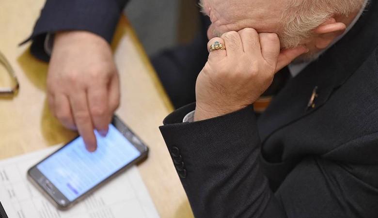 Правила поведения госслужащих распространить на их поведение в интернете