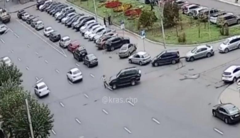 В Красноярске пешеход бросился под колеса джипа и убежал