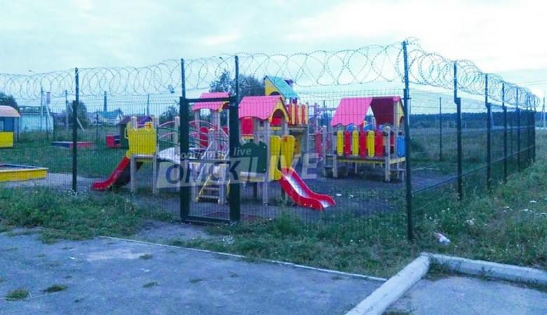 Игровую площадку в детсаду Омска огородили колючей проволокой