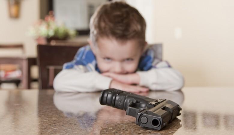 Девочка впроцессе игры ранила себя пистолетом вНовосибирске