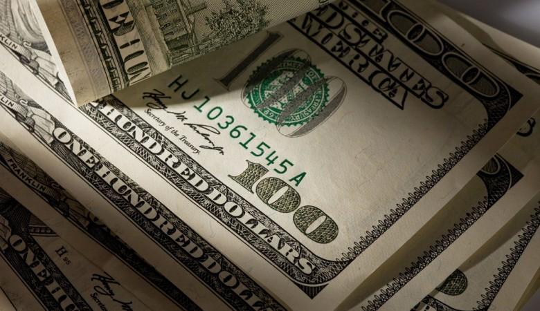 Граждане РФ и компании рекордно запаслись наличными долларами