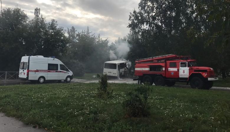 В Новосибирске загорелся автобус рядом с остановкой